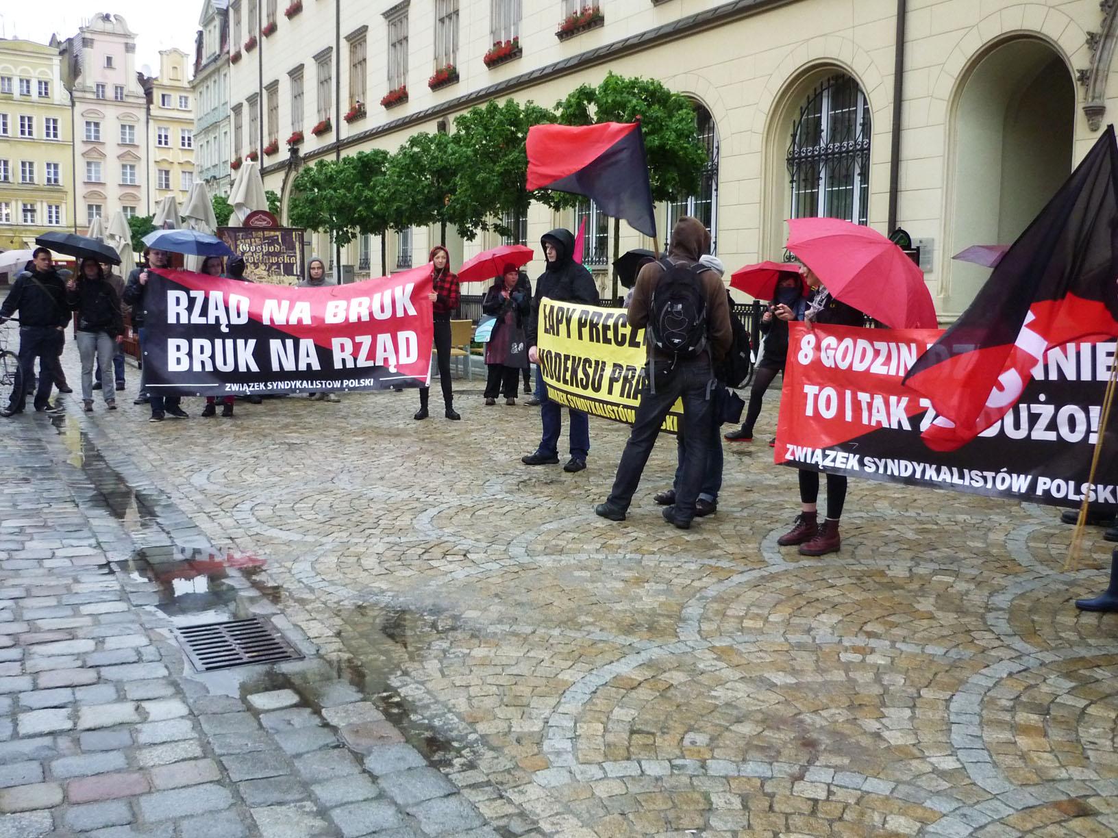 Protest pod biurem PO przeciwko umowom śmieciowym i zmianom w prawie pracy (czerwiec 2013)